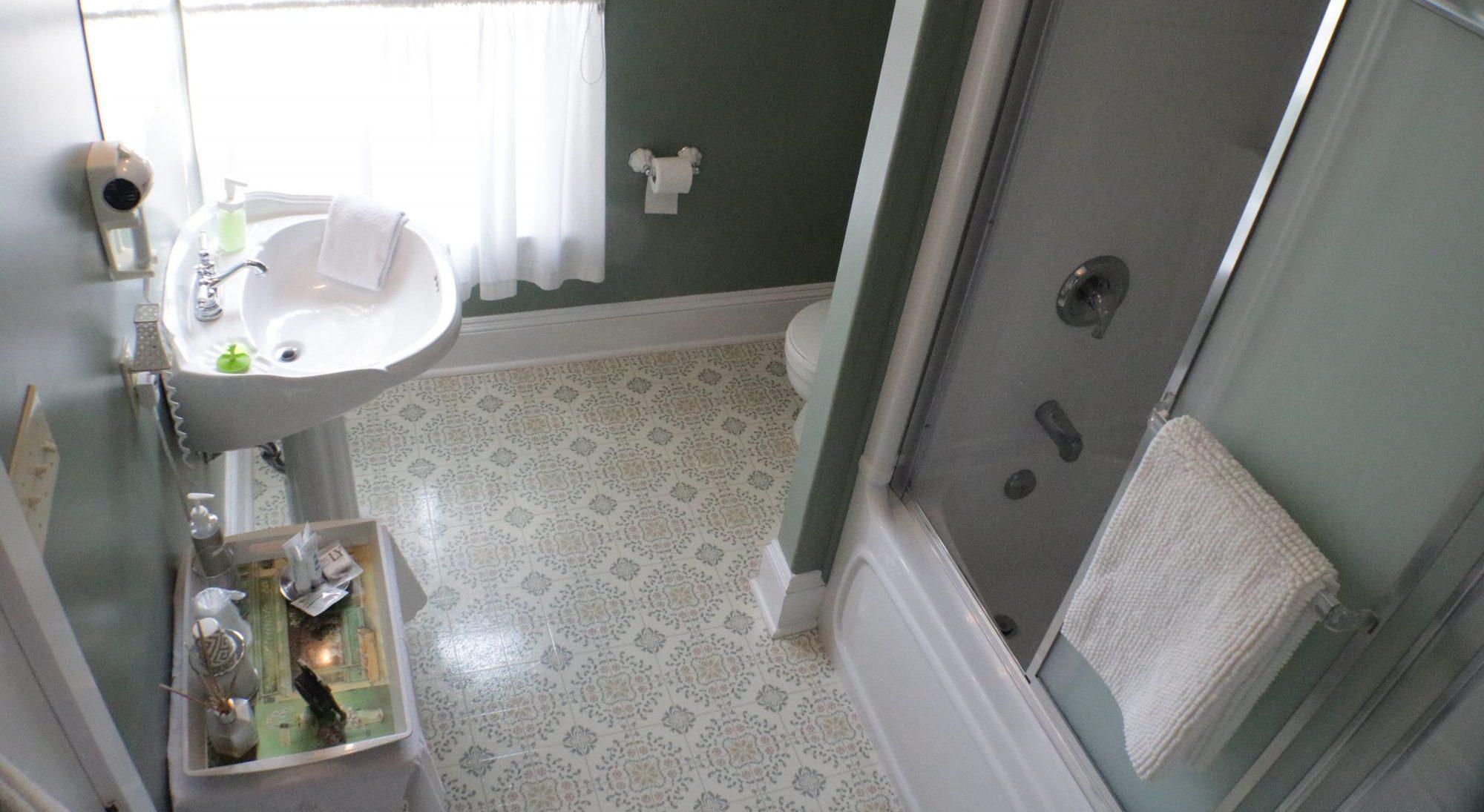 queen room ensuite washroom bathtub
